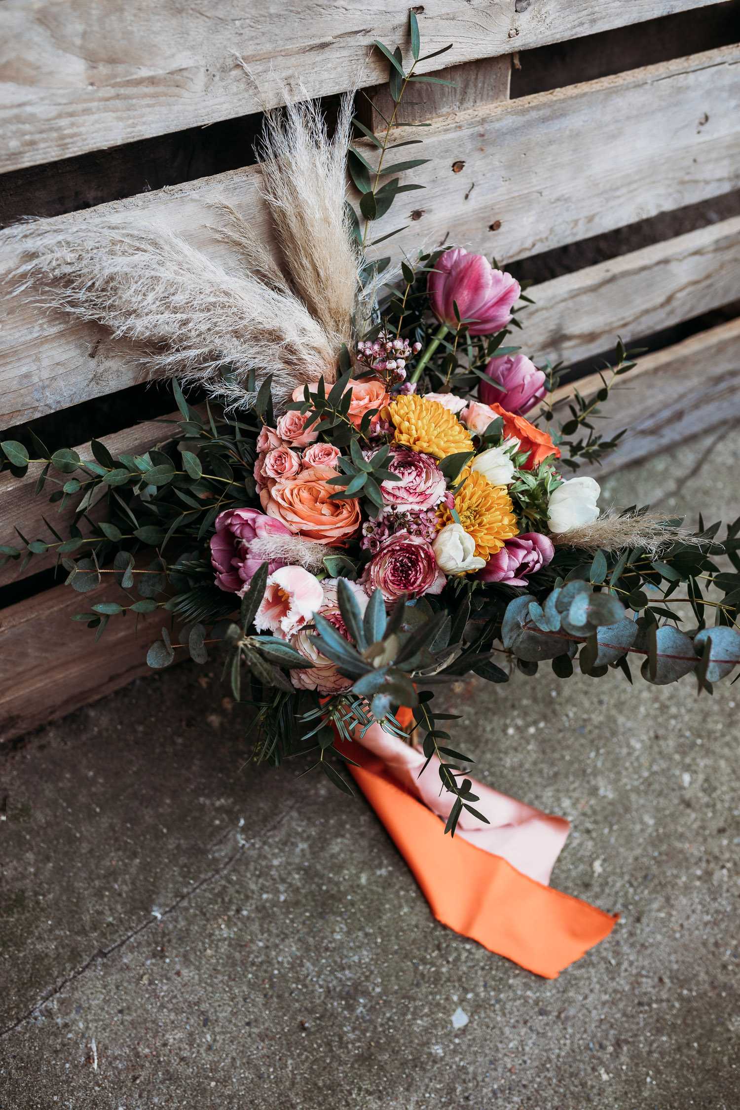 Orange fuxia bouquet with eucalyptus, roses and plumes, made by Sposami Oggi fort Tenimento il Castello