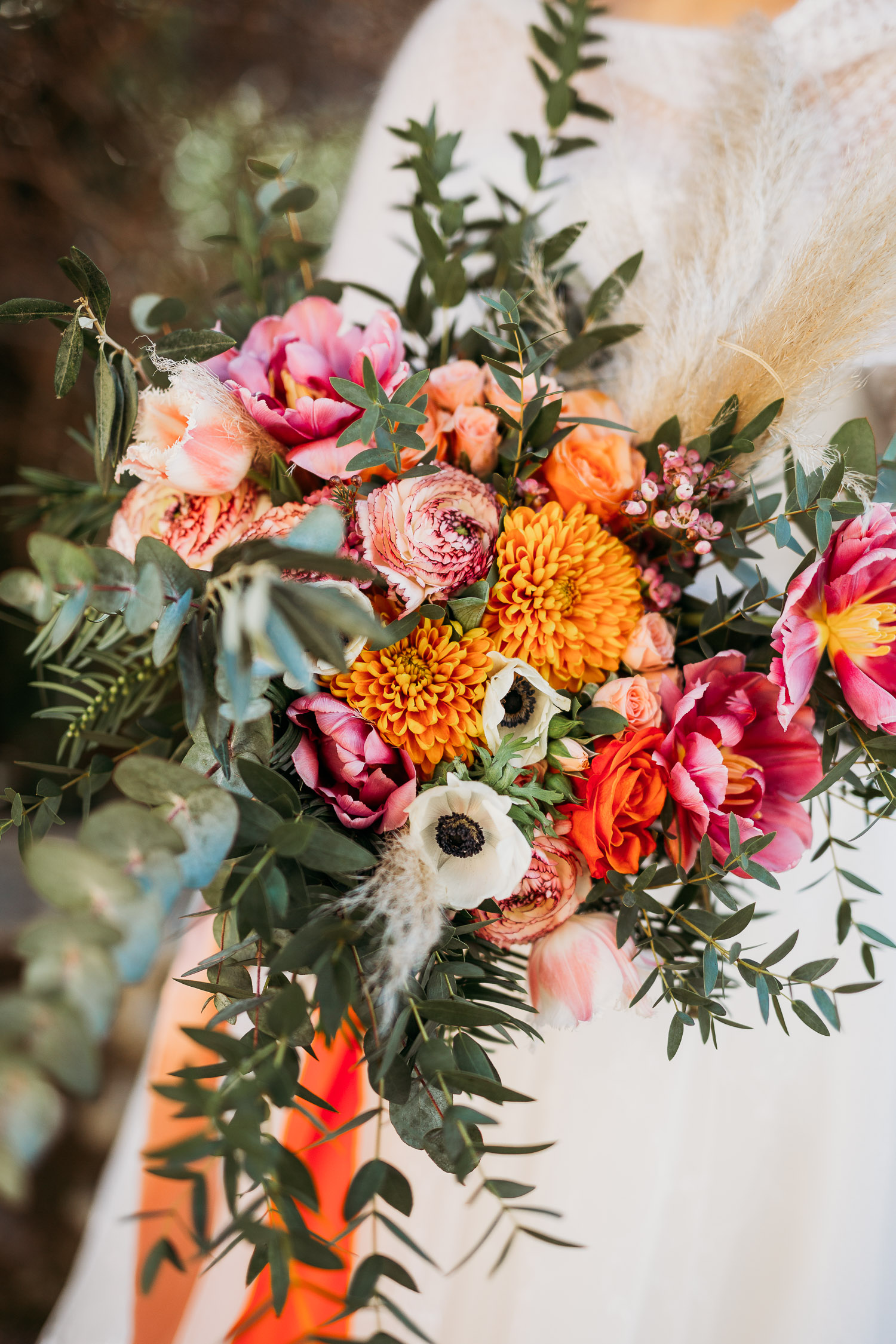 Whimsical orange and pink bouquet for a winter wedding made by Sposami Oggi fort Tenimento il Castello