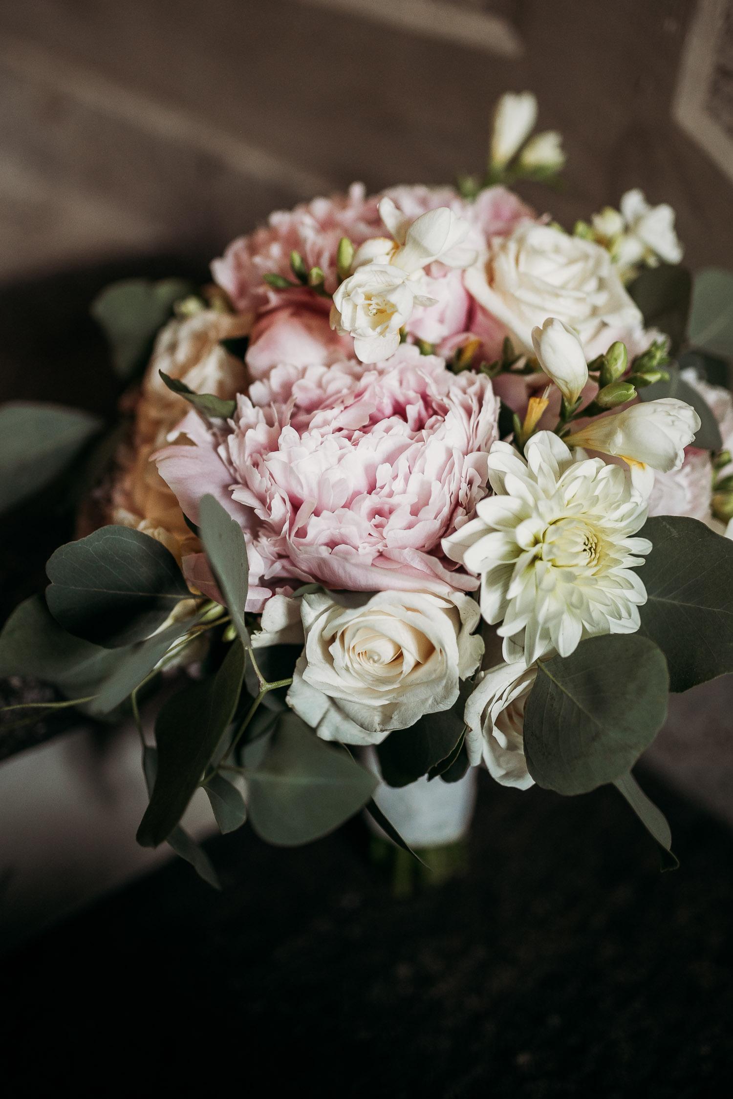 Bouquet da sposa classico con peonie rosa e rose bianche realizzato da Simmi
