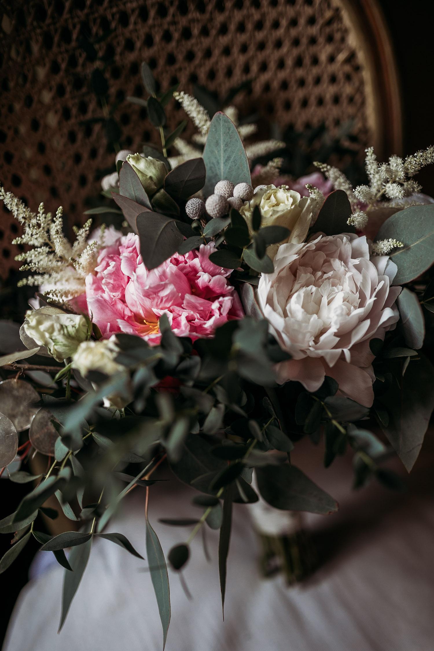 Bouquet naturale di peonie bianche, astilbe e rose al Castello di Collegno
