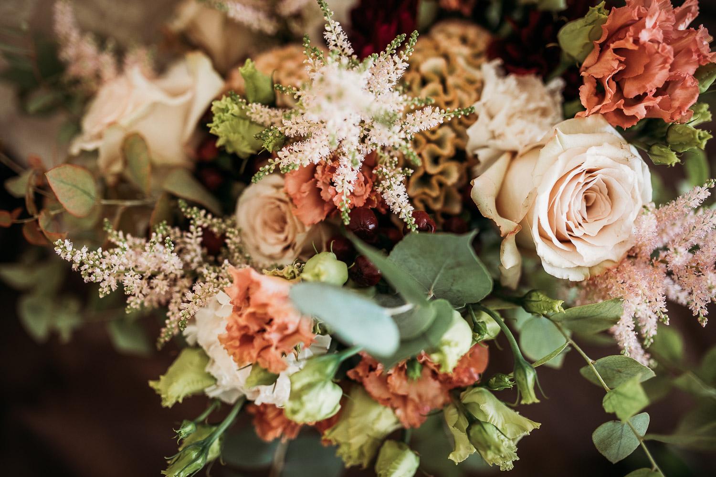 Bouquet da sposa con eucalipto, ranuncoli, rose e astilbe