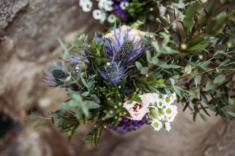 Bouquet da sposa con eucalyptus e cardo selvatico
