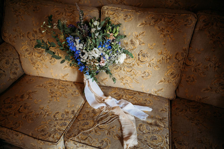 Bouquet da sposa semplice con fiori di campo, garofani e eucalipto