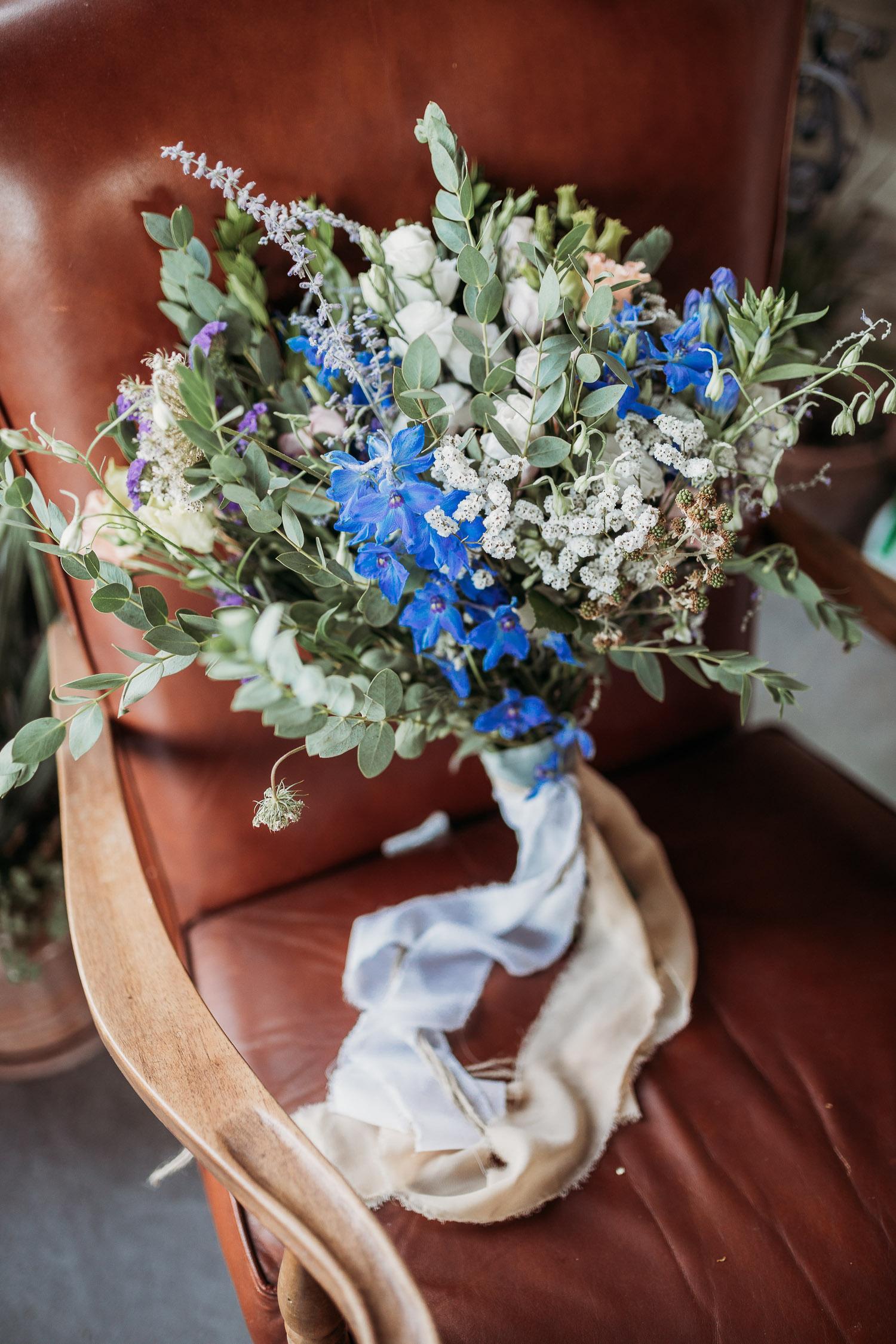 Bouquet con fiori di campo blu e viola, e cardi alla Tenuta di Casa Bruciata