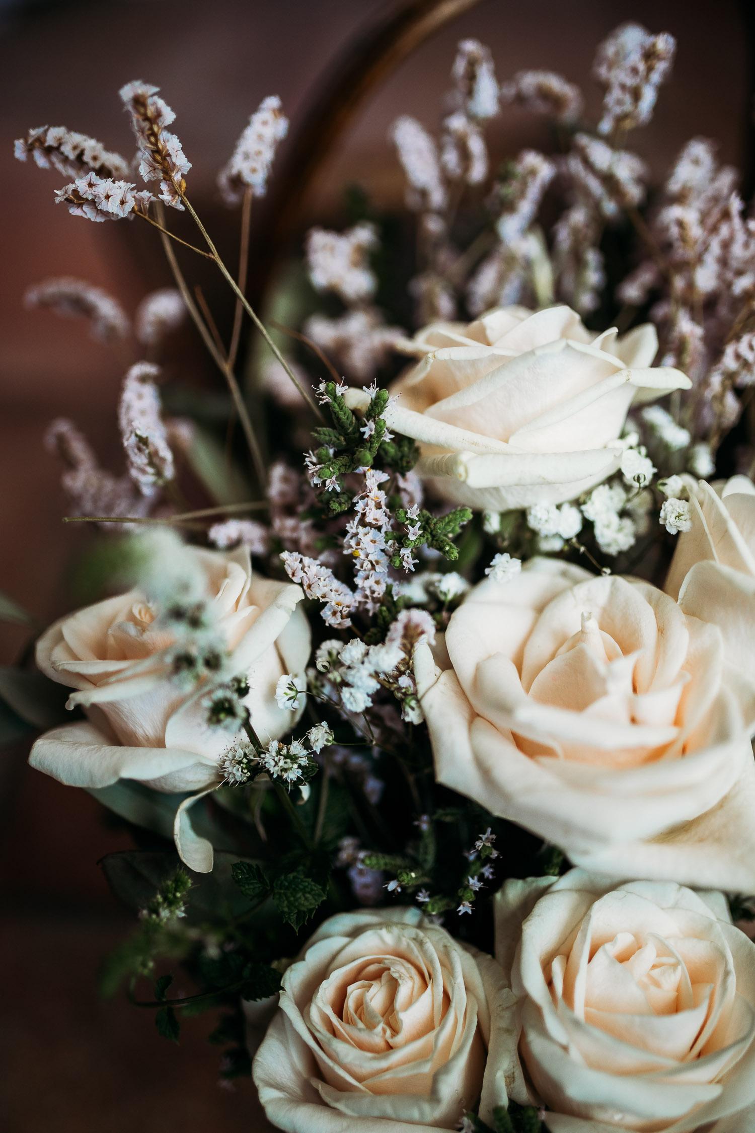 Bouquet da sposa semplice con rose bianche e fiorellini