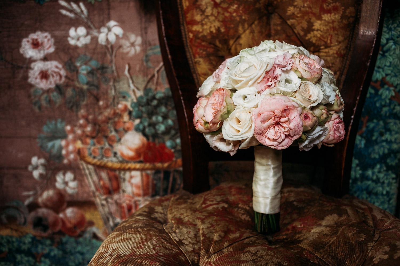 Bouquet classico rotondo con rose tea inglesi e garofani bianchi al Castello di Collegno realizzato da Simmi