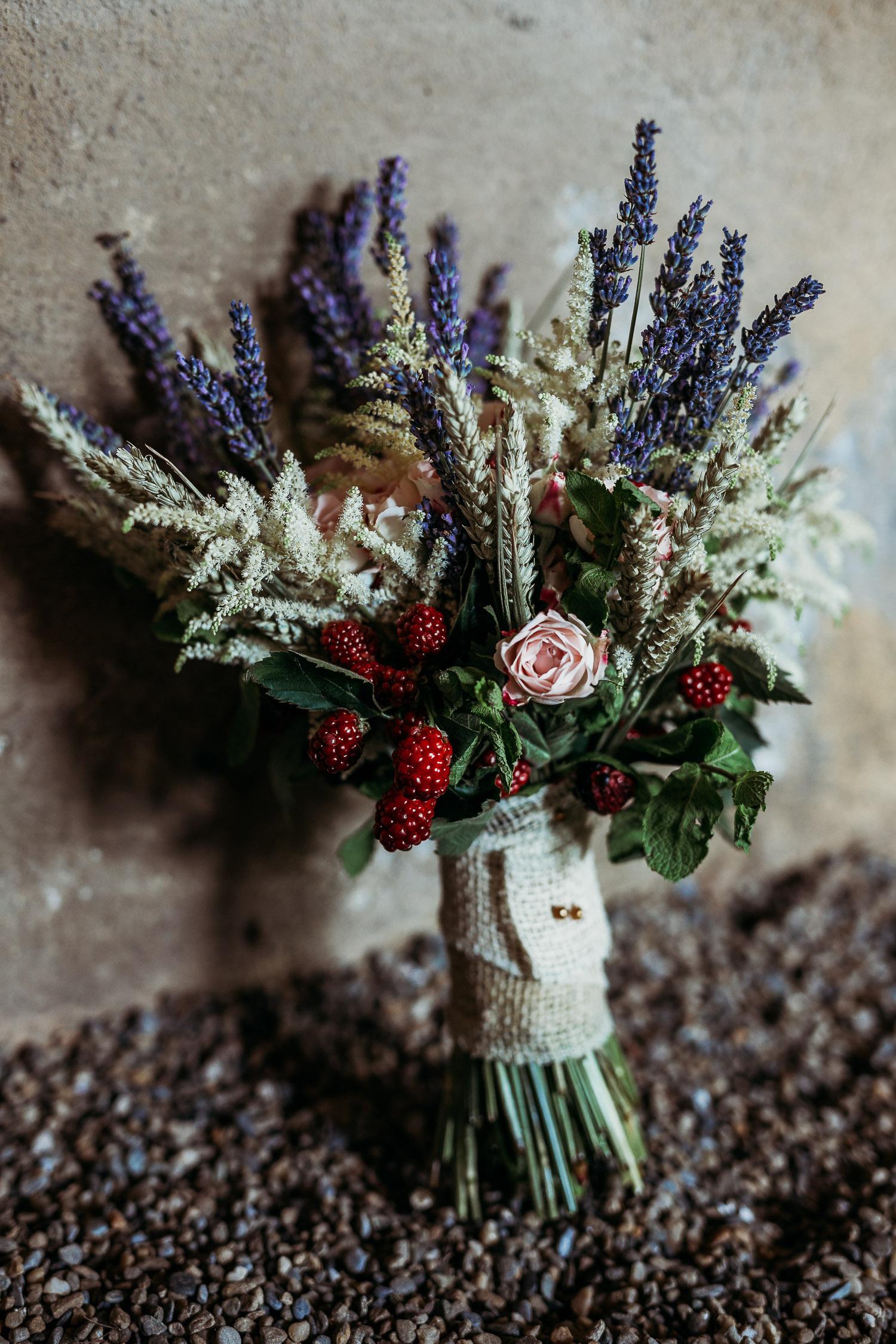 Bouquet da sposa con lavanda, astilbe e frutti rossi per un matrimonio a Cascina Ajrale in Piemonte, realizzato da il fiore di biancospino