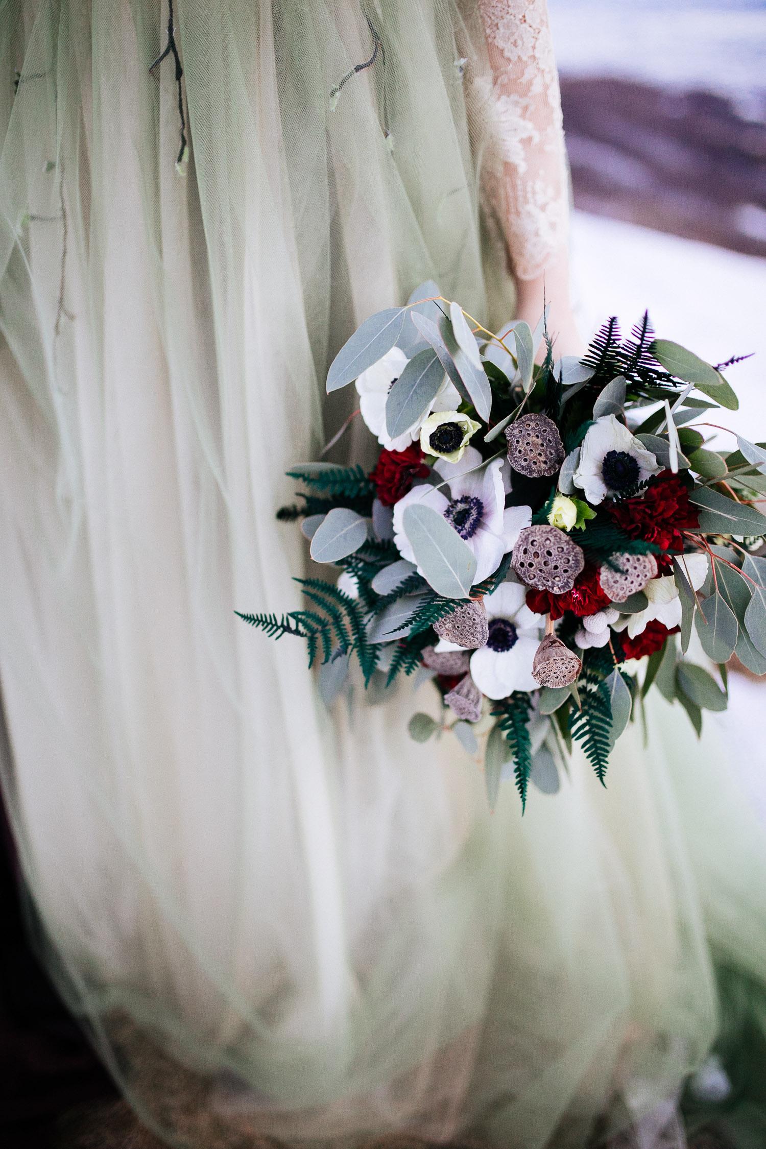 Bouquet invernale con fiori bordeaux e anemoni