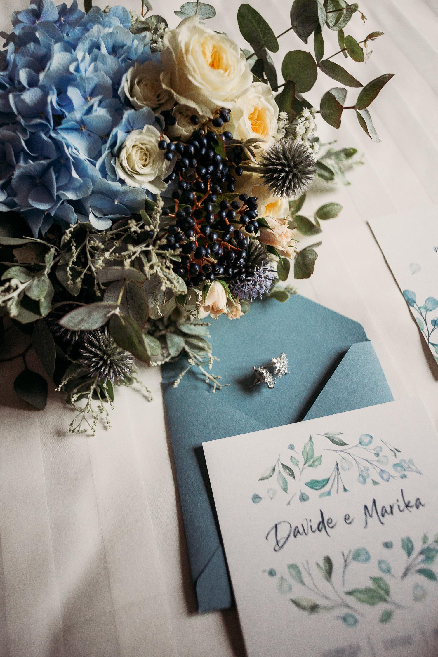 Tipografia per matrimonio sui toni del blu
