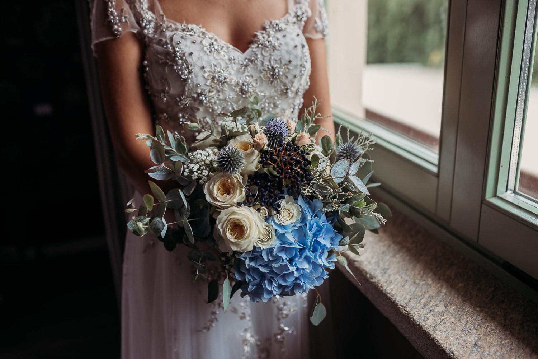 Bouquet blu con bacche e ortensia azzurra