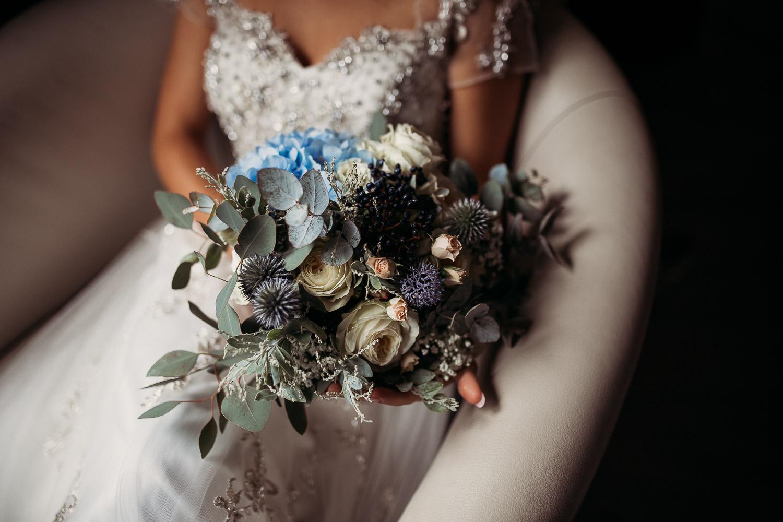 Bouquet da sposa sui toni dell'azzurro con ortnesia cardi ed eucalipto