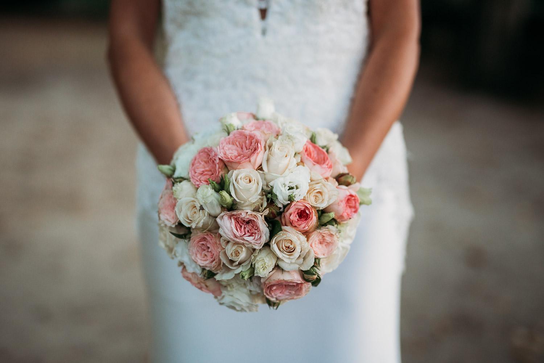 Bouquet da sposa rotondo con rose bianche e rosa