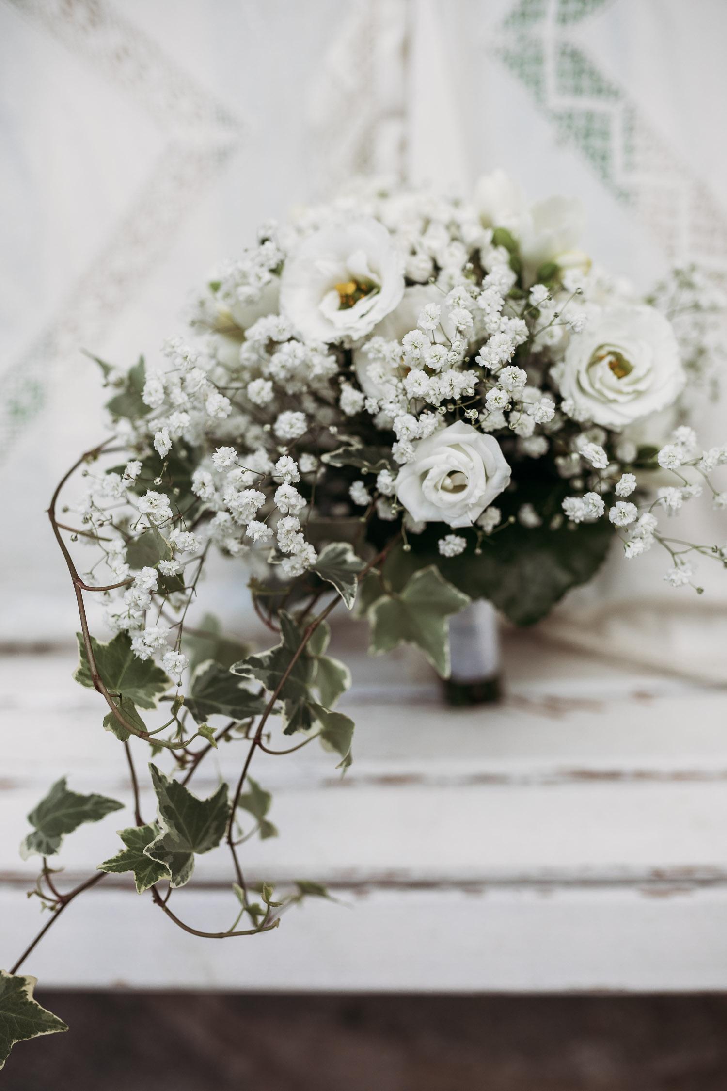 Bouquet da sposa a goccia con fiori bianchi