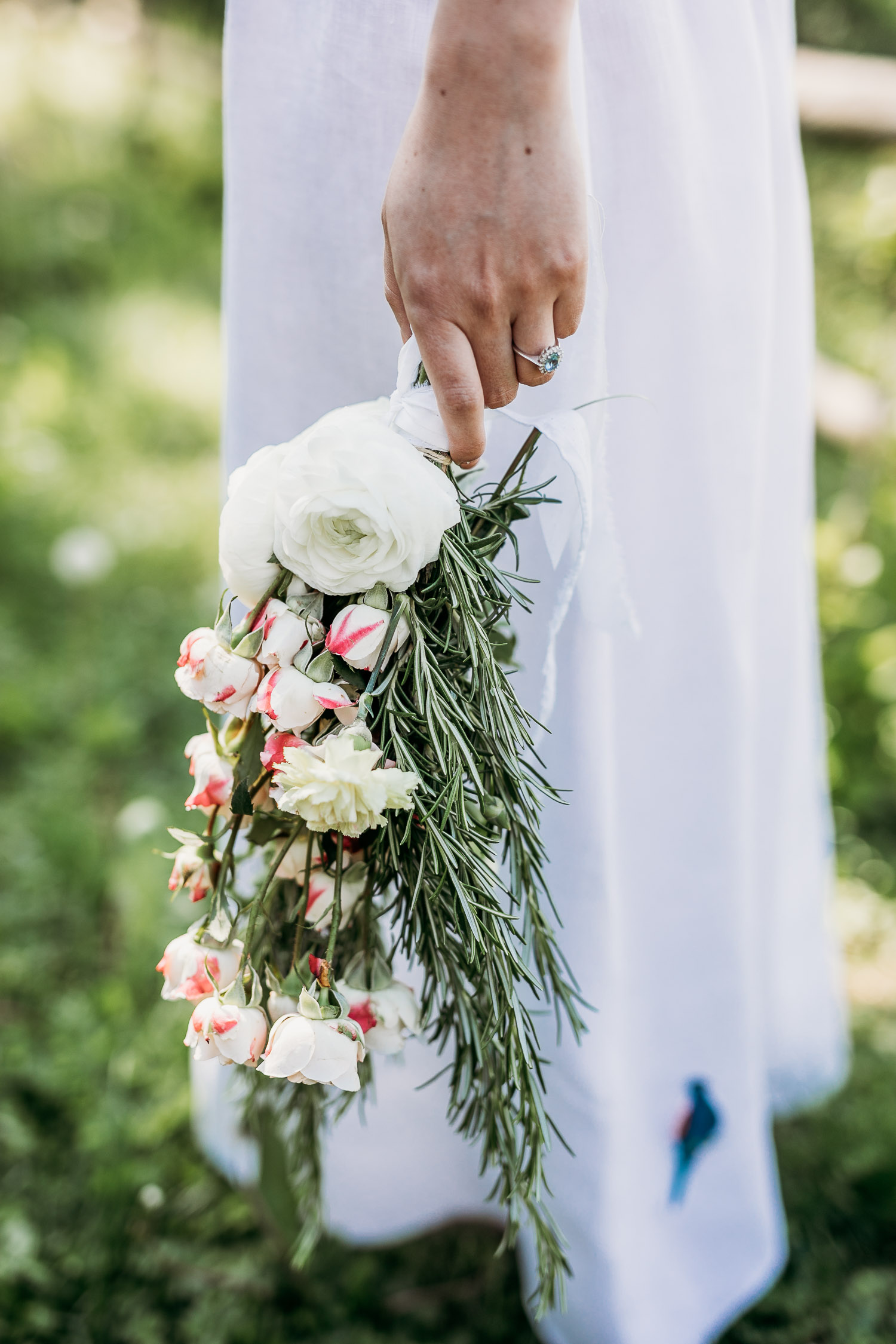Simple bouquet with rosemary for a boho bride without shoes