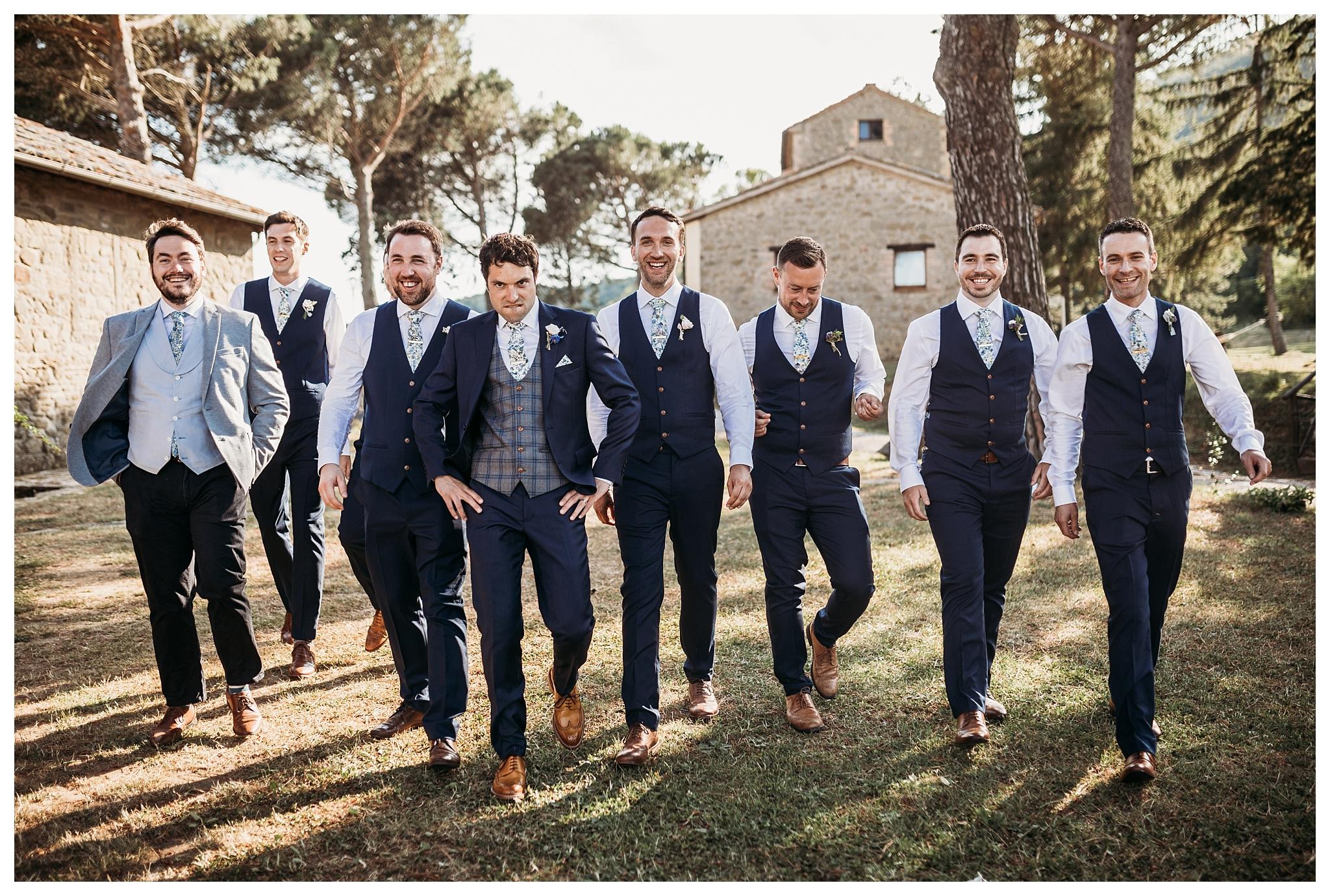 Groom and best men funny pictures at Tenuta di casa Bruciata, Umbria