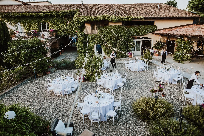 Round white table weddings at La Villa Hotel in Mombaruzzo, Piedmont