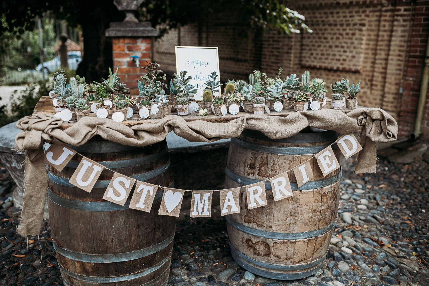 Tableau de marriage with wooden barrels and succulent favors at Tenuta Tamburnin