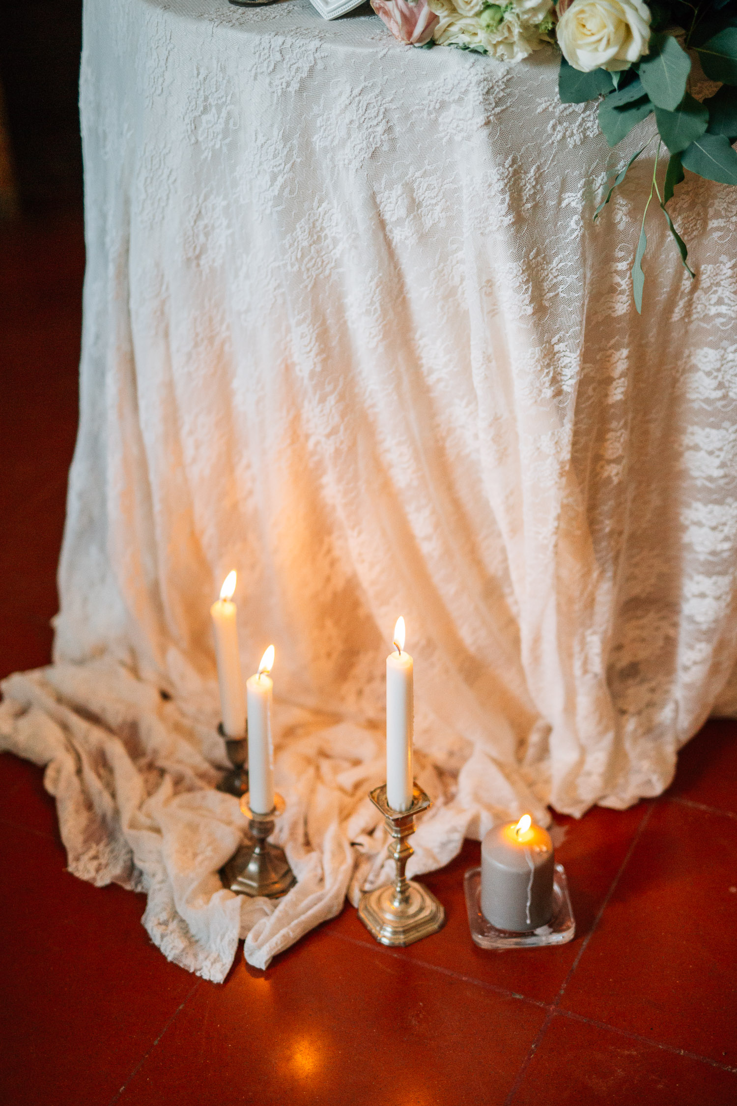 Candles and lace for a wedding at Vigna Chinet