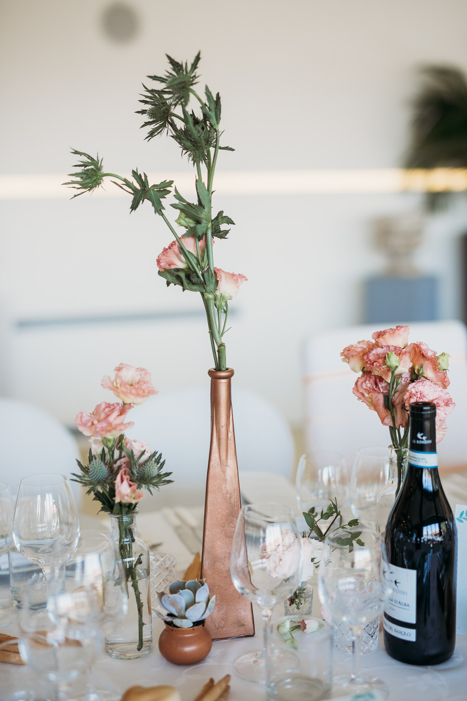 Bronze modern decor for wedding tables with simple flowers